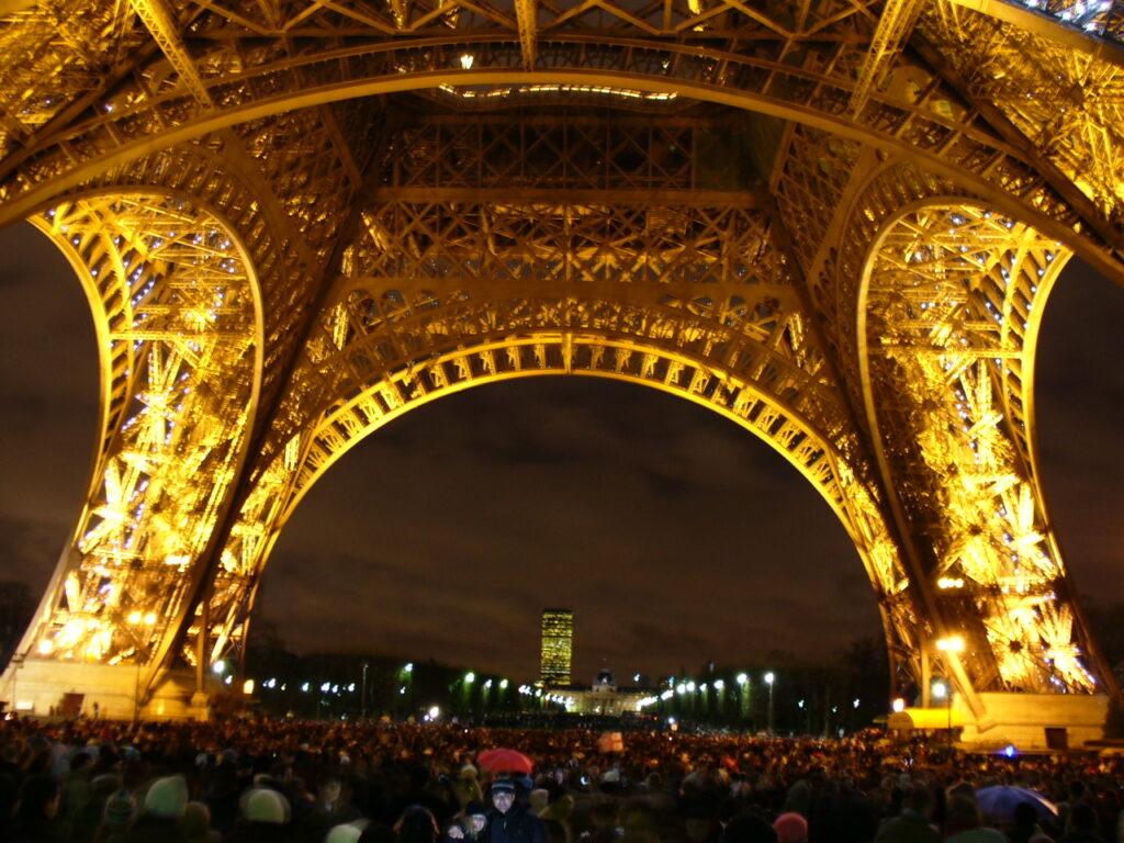 A Torre Eiffel lotada no Réveillon de Paris