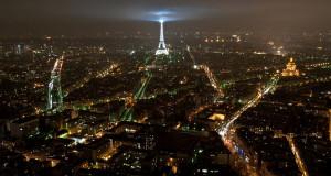 Vista noturna de Paris e da Torre Eiffel por Michal Osmenda (/www.flickr.com/people/97006177@N00