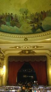 Abrem-se as cortinas e aparece o café; a cúpula tem uma pintura linda