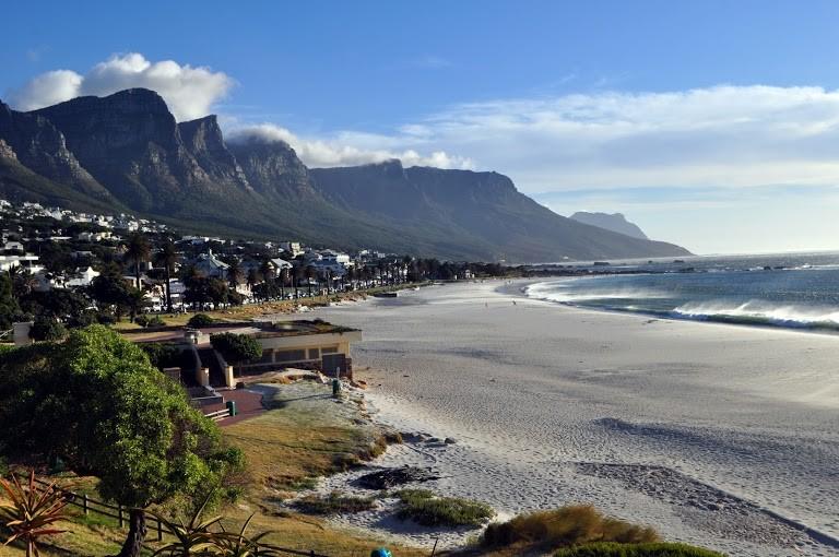 Praia de Camps Bay e alguns dos 12 apóstolos ao fundo