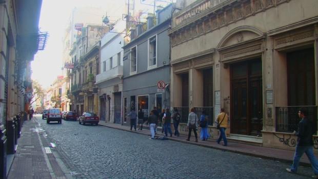 Calle Defensa, no bairro de San Telmo, uma das ruas mais charmosas de Buenos Aires