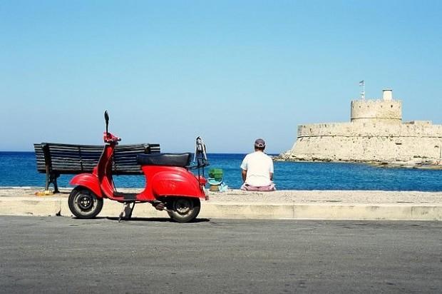 Não deixe de alugar uma scooter na Grécia | foto - Leszek Golubinski
