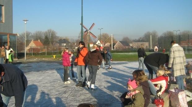 Pista de patinação formada no inverno na cidadezinha holandesa