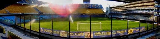 A torcida fica muito perto do campo no estádio de La Bombonera, em Buenos Aires