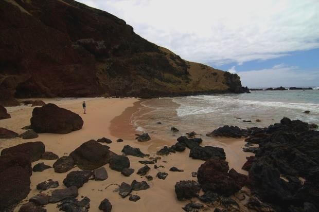 A praia de Ovahe é selvagem; para chegar à água, é preciso passar por algumas pedras   foto - travelwayoflife