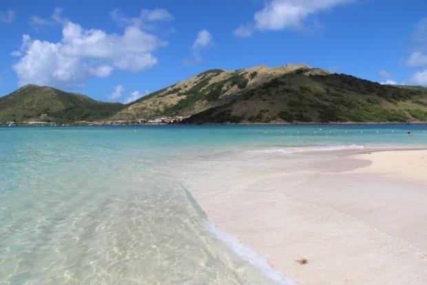 As praias da ilha no Caribe tem areias brancas e águas transparentes | foto - Clavius66