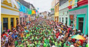 Uma multidão ocupa as ruas históricas de Olinda