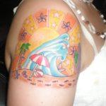 Tatuagem colorida de paisagem de praia