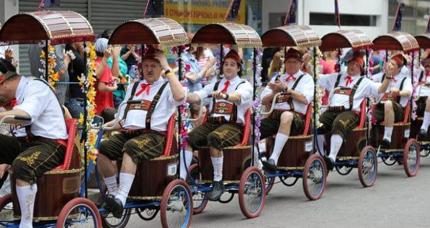 Festa de rua na Oktoberfest em Blumenau, a maior do Brasil