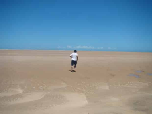 Um banco de areia imenso, plano e com muito vento está na fronteira entre Maranhão e Piauí