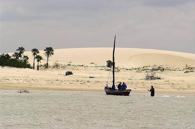 Para chegar em Jericoacoara de Camocim, no Ceará, é preciso pegar uma balsa até a praia do Amor - foto: Otávio Nogueira