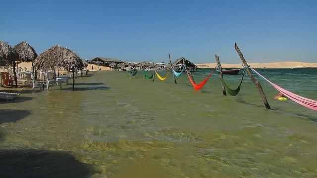 No caminho entre Camocim e Jeri dá para aproveitar a lagoa da Torta, com bons restaurantes - foto: Olívia Botelho
