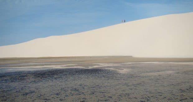 Com o pé na areia branca dos Lençóis Maranhenses