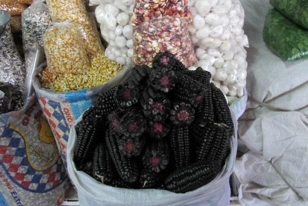 O milho roxo, um clássico peruano, pode ser encontrado nos mercados cusqueños