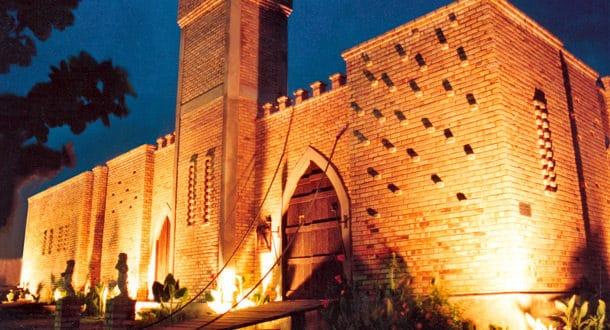 Por fora e por dentro, a decoração do hostel em Natal-RN é em estilo medieval