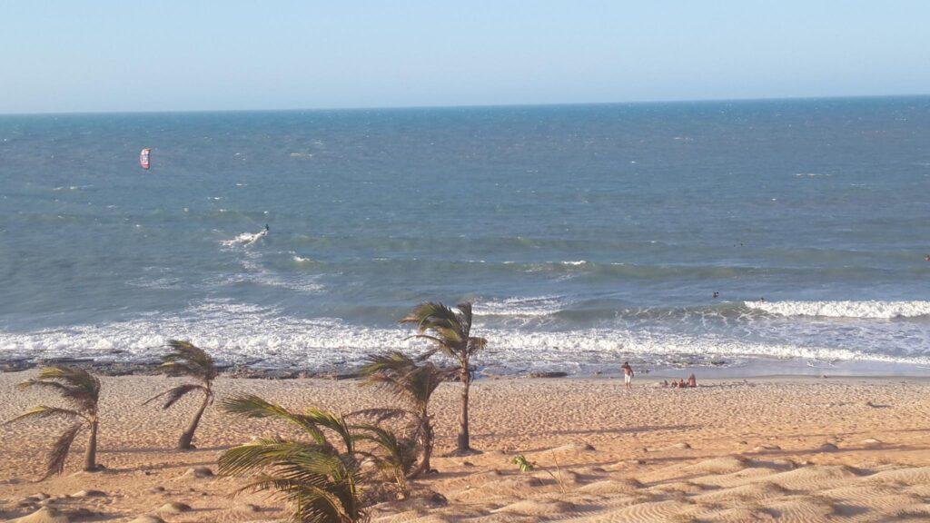 A praia da Malhada tem areia laranja, coqueiros e é mais vazia que a principal