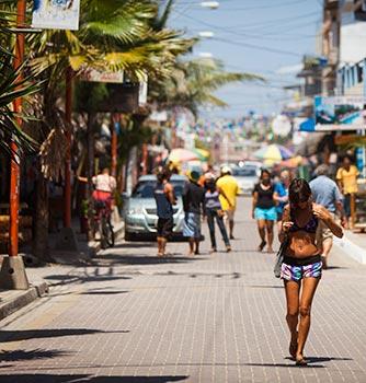 Montañita é um badalado destino para mochileiros na América do Sul