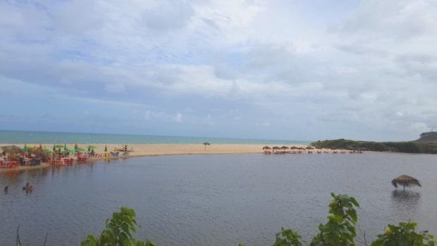 Os quiosques da praia Bela-PB tem cadeiras na água