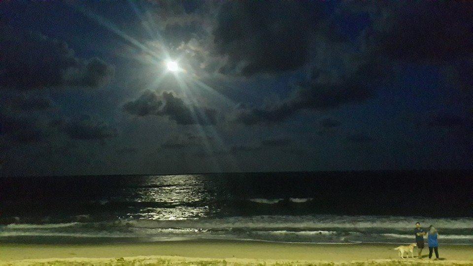 A lua de João Pessoa refletida nas águas da praia de Tambaú