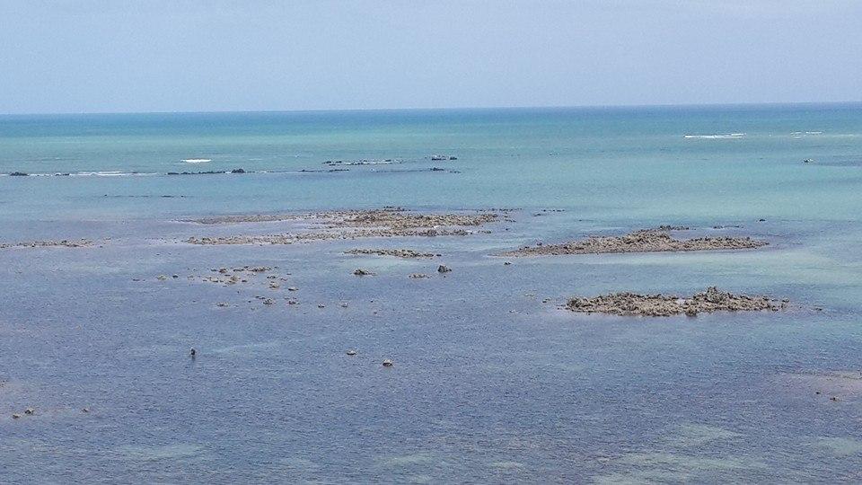 A vista do Mirante do Cabo Branco em João Pessoa; no canto esquerdo, tem uma pessoa andando