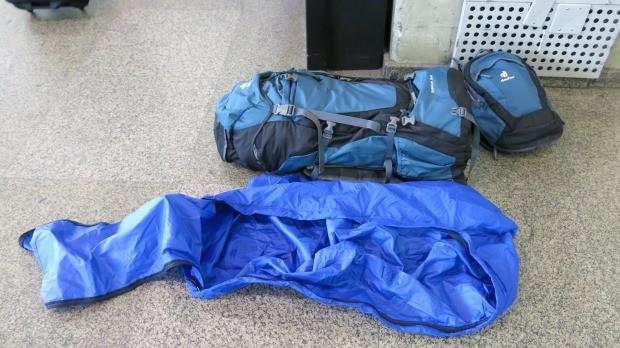 A capa de chuva vira uma bolsa para despachar a mochila