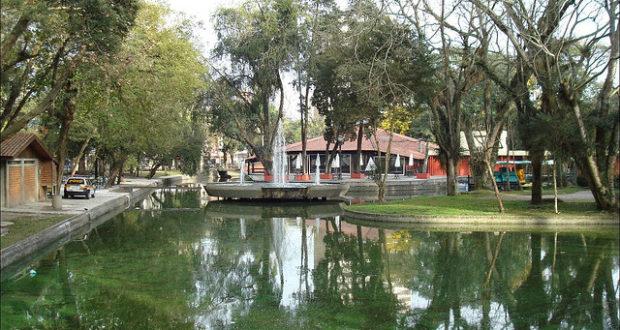 O Passeio Público de Curitiba é arborizado, tem lagos e pássaros exóticos em cativeiro - foto: Eugeni Dodonov