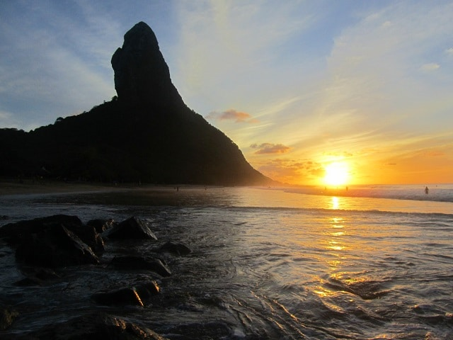 Pôr do sol na praia da Conceição, em Fernando de Noronha.