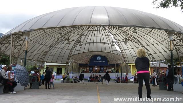 Pavilhão de espetáculos na metade do mundo