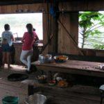 Na cozinha da comunidade