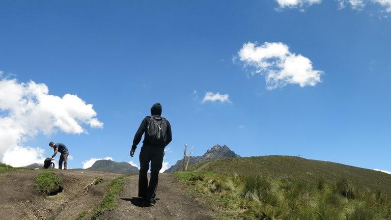 No começo, a trilha para o vulcão nos Andes é tranquila, mas falta ar