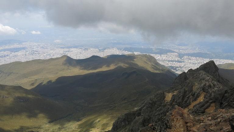 Preste atenção no clima; às vezes, as nuvens chegavam na gente no caminho ao topo do vulcão