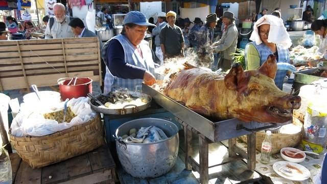Este foi meu café da manhã: cerdo com mote (porco com uma semente que parece grão de bico)