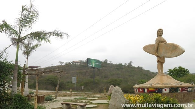 A estátua de um surfista recebe os viajantes no povoado de Montañita