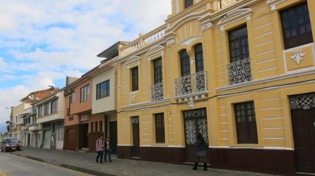 O centro histórico de Cuenca tem opções de bares, restaurantes, hotéis e está bem integrado à vida na linda cidade