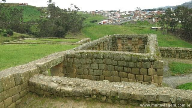 Das ruínas incas de Ingapirca dá para ver o povoado de mesmo nome