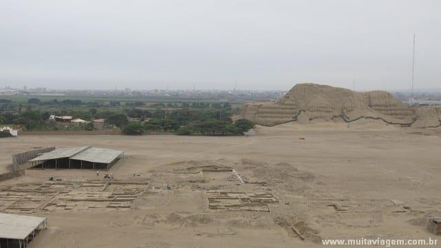A Huaca del Sol vista do templo da lua: entre os templos, arqueólogos desenterram a capital dos moches