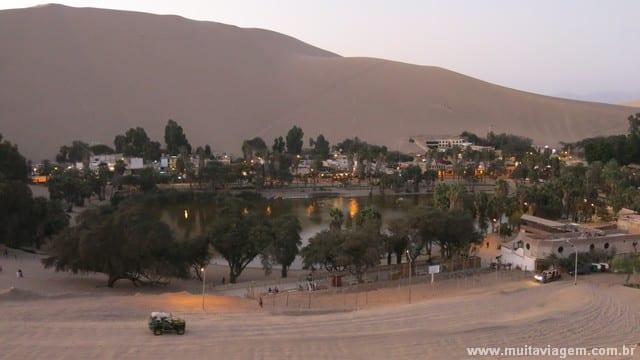 A lagoa do oásis no Peru é cercada de restaurantes, bares e hostels