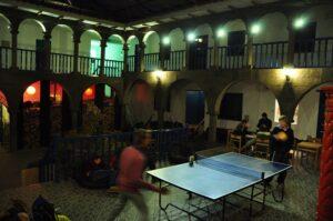 O hostel tem boa área social