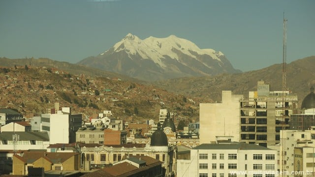 O Illimani visto do restaurante/balada do Loki Hostel em La Paz