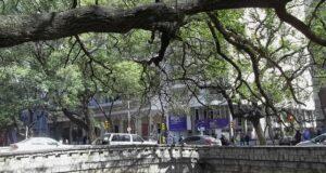 Nas margens do Rio Suquia há diversas opções de restaurantes bons e baratos.