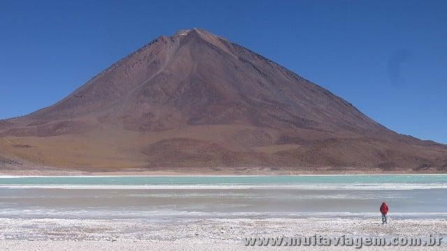 A Laguna Esmeralda é uma das atrações da mais famosa road trip da América do Sul
