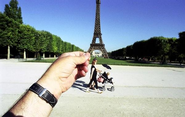 Um souvenir faz o truque na Torre Eiffel, símbolo de Paris,