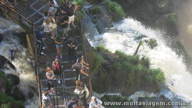 Do lado argentino, passarelas permitem sentir de pertinho o poder das águas