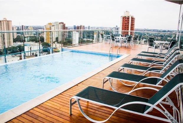 O hotel Viale Tower tem piscina com borda infinita e uma bonita vista de três países