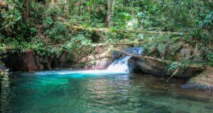 Na trilha do Vale das Ostras, várias piscinas de água esmeralda encantam