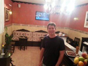 O hotel Sulejman é todo decorado. Na recepção, comidinhas e bebida à vontade.