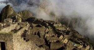 Um trem de luxo leva turistas até a base de Machu Picchu
