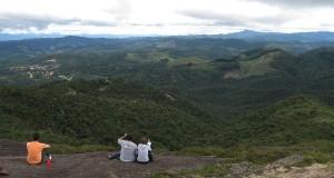 A recompensa da trilha é um mar de montanhas de matas visto do alto em Monte Verde-MG - foto: Divulgação