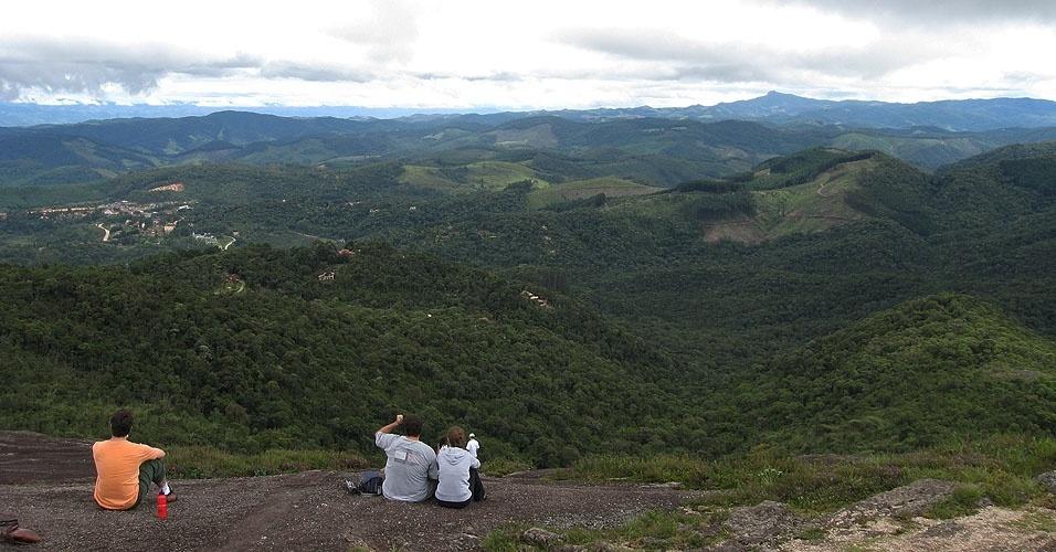 A recompensa da trilh é um mar de montanhas de matas visto do alto em Monte Verde-MG - foto: Divulgação