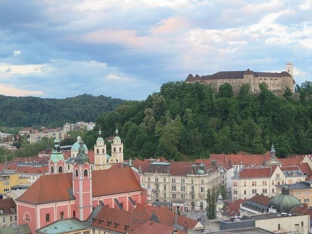 vista-skyscrapper-ljubljana-castelo-igreja